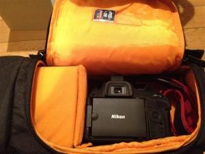 Amazonベーシック 一眼レフカメラ用スリングバッグは横からカメラを取り出す事が可能