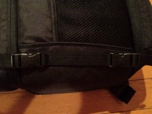 Amazonベーシック 一眼レフカメラ用スリングバッグ開口部のベルト