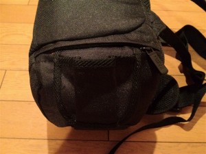Amazonベーシック 一眼レフカメラ用スリングバッグの開口部と反対側からはこの様なポケットを出すことが可能