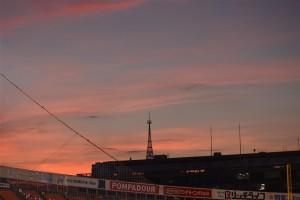 試合開始と共に三塁側外野席が夕焼けで赤く染まる