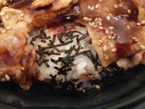 豚バラ肉をどけてご飯を確認