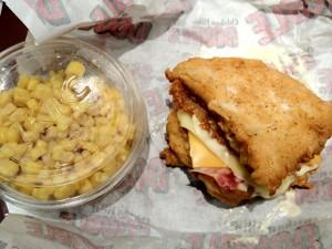 チキンフィレダブルとコーンサラダのサイズ比較