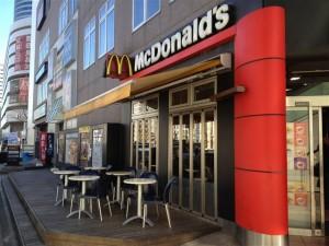場所は新横浜駅前にあるマクドナルド