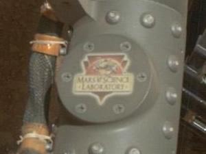 パイプ部分に『Mars Science Laboratory』のロゴ