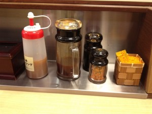 松乃家のテーブルに並べられている調味料