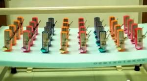 バラバラに動かした32個のメトロノームが同期する動画