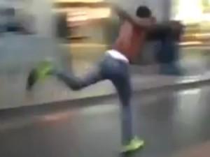 ムーンウォークの様に後ろ向きに走るムーンランの動画