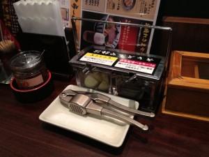 テーブルの上には『生ニンニク』や『自家製食べるラー油』が置いてある