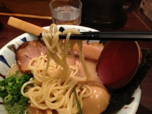 麺は豚骨としてはやや太めのストレート麺
