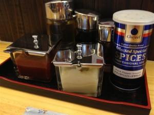 テーブルには胡椒やニンニク、豆板醤、餃子用の醤油・酢・ラー油が置いてある