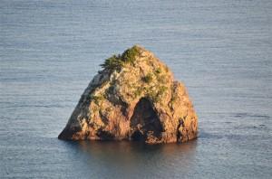 宿から見える島は『筆島(ふでしま)』という名前です。 全国には3つの『筆島』がある様で、この宿から見える筆島の住所は静岡県下田市、その他に東京都大島支庁大島町の筆島や、三重県度会郡南島町の筆島があります。55-300mm f/4.5-5.6G ED VR 絞り優先(F5.6・1/180秒)・ISO-200