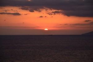 翌日、宿の部屋から見える日の出。18-105mm f/3.5-5.6G プログラム(F6.7・1/180秒)・ISO-200