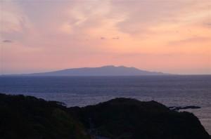 桃色の空に薄っすらと見える伊豆大島が綺麗。55-300mm f/4.5-5.6G ED VR プログラム(F5.6・1/125秒)・ISO-280