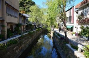 江戸時代に下田の花街だった場所が、レストランや雑貨店が並ぶ『ペリーロード』として観光地となっています。18-105mm f/3.5-5.6G 絞り優先(F5.6・1/750秒)・ISO-400